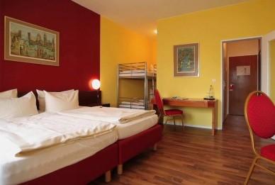 - Nichtraucherzimmer mit Bad/ Dusche/ WC - Föhn - TV mit kostenfreien SKY-Kanälen - Schreibtisch