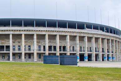 - 20 Fußminuten vom Olympiastadion im Bezirk Berlin-Charlottenburg   - Kurfürstendamm, Alexanderplatz, Regierungsviertel sind mit direkter Bahn- und Busverbindung innerhalb weniger Minuten schnell zu erreichen