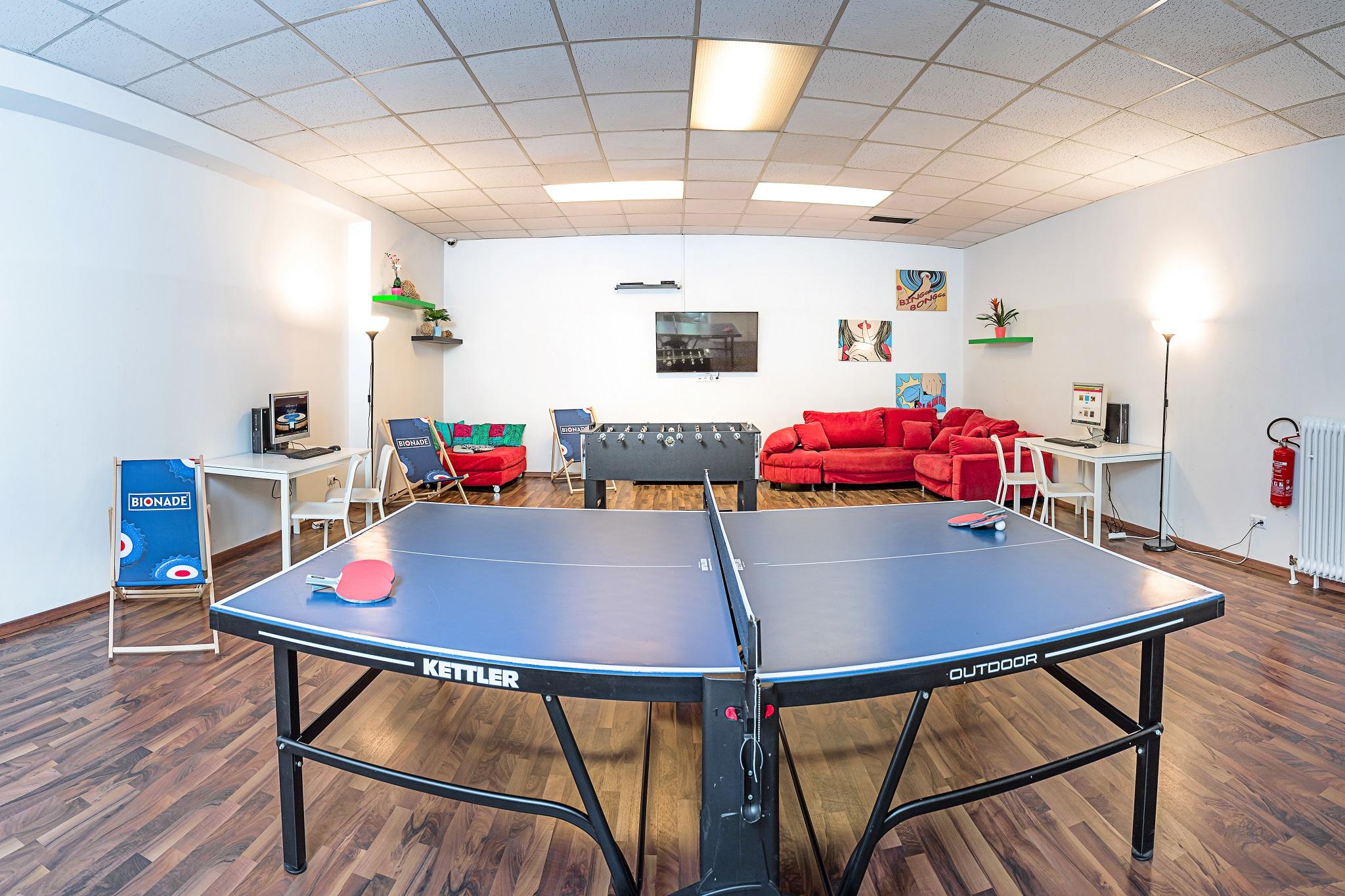 - 53 Zimmer - Frühstücksrestaurant - Sky-Bar - Kiosk  - Freizeitraum mit Tischkicker   - Tischtennis  - TV mit Blue-ray und Wii-Play  etc.
