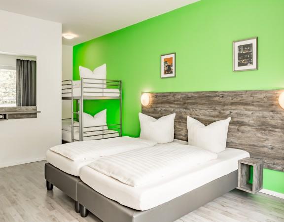 - Nichtraucherzimmer mit Bad/ Dusche/ WC - Föhn - TV mit kostenfreien SKY-Kanälen - Schreibtisch - Balkon - W-Lan